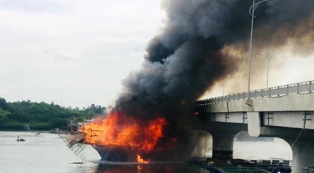 Quảng Ngãi Cháy tàu câu mực, thiệt hại trên 3 tỷ đồng